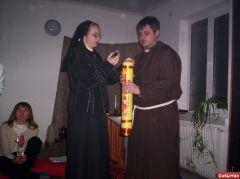 Сестра Хиацинта зажигает маленькие свечи от Пасхала