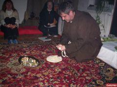 Маца. Брат Адам делит испеченную сами участниками Седера мацу для каждого.