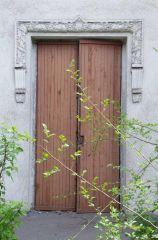 Красивая лепнина... и дверь открыта...