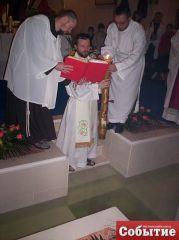 Вначале священник освящает воду в крестильнице, где вскоре будет крещена малышка.