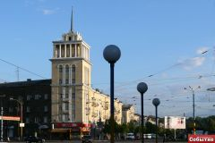 Дом со шпилем на площади