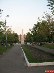 Стелла посреди парка