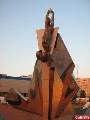 Памятник чернобыльцам, вид спереди