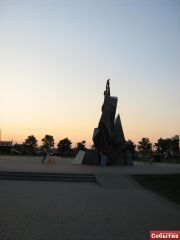 Памятник чернобыльцам, вид сзади