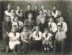 1951г. СШ №23 Выпуск 3го класса.Учитель Валентина Дмитриевна Науменко..jpg