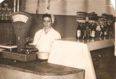 Ярошенко Тамара за прилавкоом магазина в Днепродзержинске 50 е годы